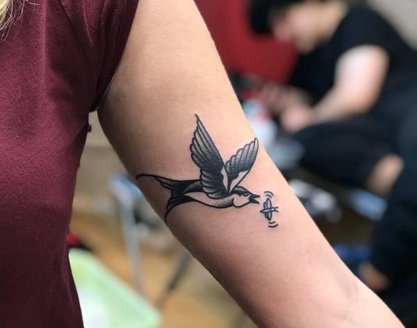 Beste Zwaluw tattoo: betekenissen en 30 tattoo ideeën KA-03