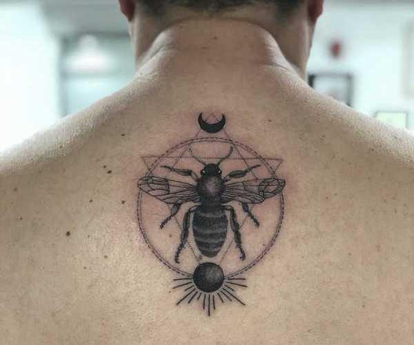 Betekenissen & inspiratie Dieren  Bijen tattoo: betekenis en 35x tattoo-inspiratie
