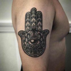 Hamsa hand tattoo: betekenis en oorsprong & 45x tattoo-inspiratie