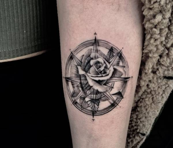 Zeer Kompas tattoo: betekenis en 60 ideeën ter inspiratie &IQ71
